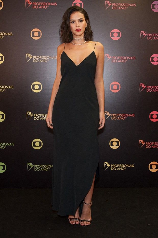 Look do dia: Bruna Marquezine usa vestido longo e