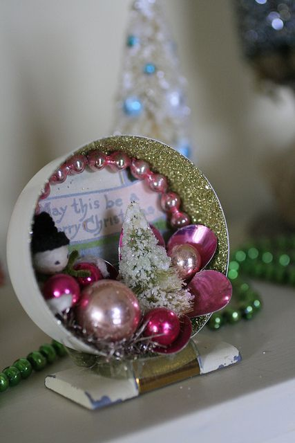 Use an old, broken clock for a gorgeous Christmas display. Inspiration only.... no blog.