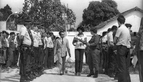 Marli Pereira Soares passando em revista um batalhão e apontando os responsáveis pela morte do irmão. Isso em 1979, em plena ditadura militar – e eu com longínquos 10 anos de idade. Marli Pereira, uma precursora na coragem e no sofrimento de milhares de mulheres negras brasileiras que choram seus parentes mortos pelo Estado – seja por omissão, incompetência ou genocídio puro e simples.