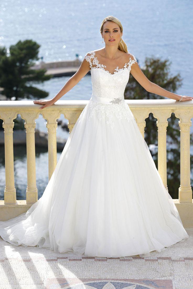 Ladybird 416029, collectie 2016 Een prinsessen trouwjurk in hedendaagse stijl. Het kanten lijfje past uitstekend bij de volumineuze rok. De transparante rugpand bezet met mooie kant, geeft deze jurk een extra cachet.