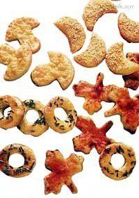 Křehké slané tyčinky, různé slané pečivo a sušenky