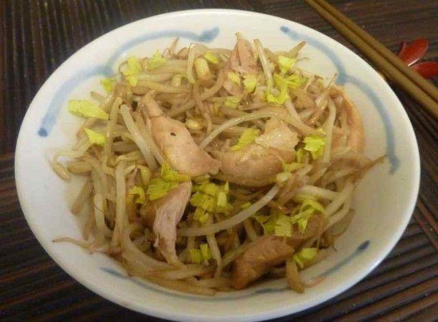 Il Moyashi abura iri è un salutare piatto giapponese a base di germogli di soia sbollentati e poi fatti saltare nel wok, la tradizionale pentola giapponese, con del pollo a pezzetti, radice di zenzero, sake e l'immancabile salsa di soia.