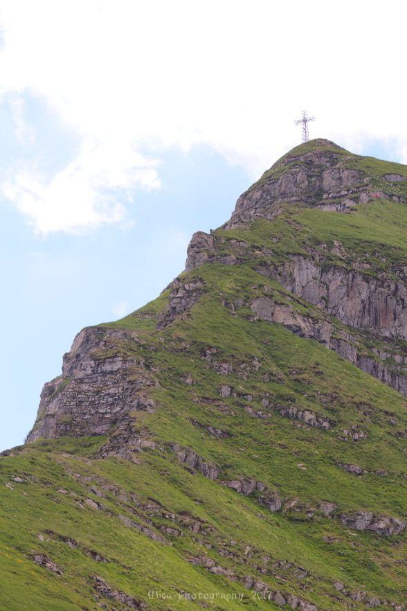 La croce del Corno alle Scale vista dalla cresta dei Balzi dell'Ora....
