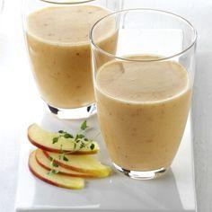 Ein gesunder Shake mit Obst, Joghurt und Haferflocken. Äpfel und Beeren werden mit dem Joghurt und den Haferflocken zu einem leckeren Drink püriert.