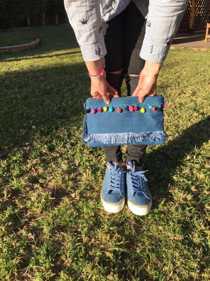 Nueva colección temporada primavera-verano 2017 bolso vaquero con borlas y zapatillas chika10, tienda online o webshop www.zapatosparatodos.es