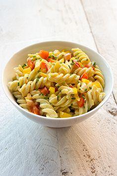 Koude pastasalade met curry, paprika en bieslook. Lekker bijgerecht voor de BBQ, fondue, gourmet of steengrill. Ik kook de pasta gaar en niet beetgaar