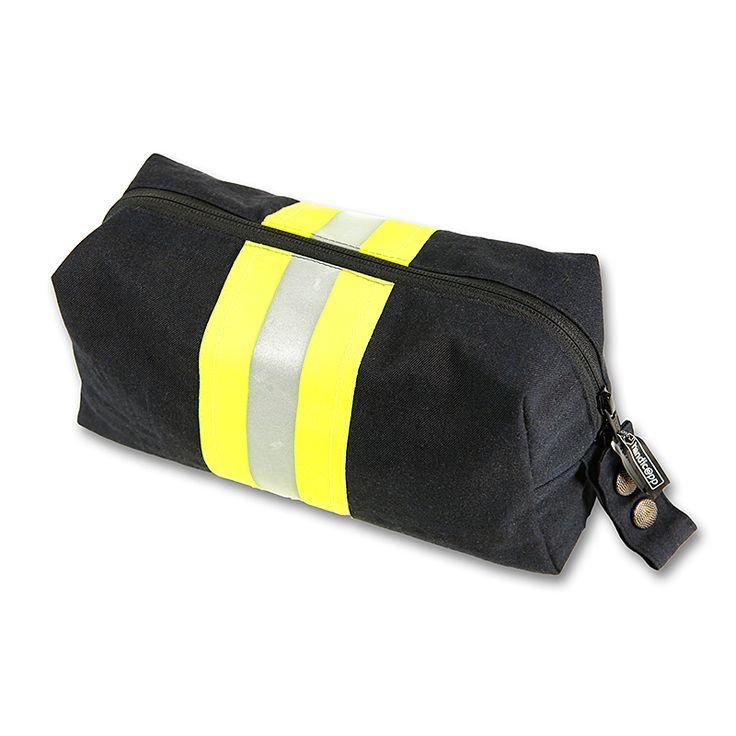 Die Feuerwehr Kulturtasche ist aus Originalmaterial getragener Einsatzjacken gefertigt. Damit kann die Reise beginnen.