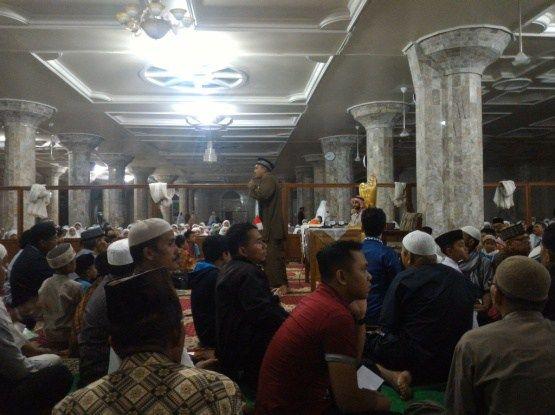 Semarak Ramadhan di Kota Serambi Mekkah    Padang Panjang. Malam dingin yang menyelimuti kota Padang Panjang Sumatera Barat tidak menjadi penghalang bagi warga Kota untuk hadir dan berlomba-lomba dalam rangka menghadiri Shalat Isya dan Tarawih berjamaah di Masjid Raya Jihad Kota Padang Panjang.  Seperti biasanya Sholat Isya yang mulai dilaksanakan pada pukul 19.35 WIB. Namun sesuatu yang sangat istimewa pada malam Kamis ini yakninya shlat isya yang langsung di Imami oleh salah seorang syaikh…
