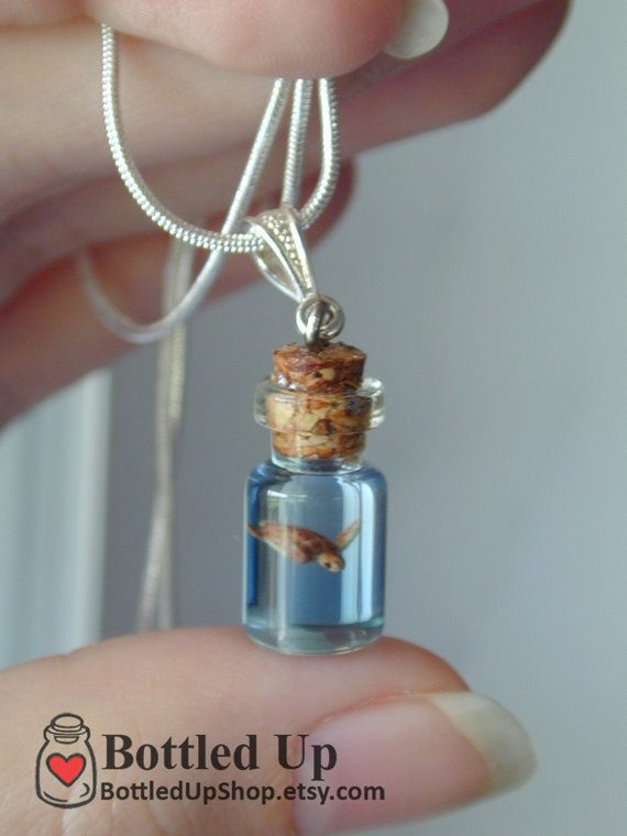 Tortue de mer dans un collier de petite bouteille par BottledUpShop
