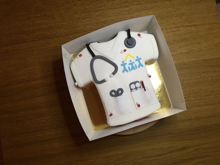 Gâteau blouse infirmière Réalisé pour une représentante de cette profession paramédicale bien connue qui réalise un travail formidable. Il s'agit ici d'un spondge cake et d'une double couche de crème au beurre meringuée à la vanille et au citron. La décoration...