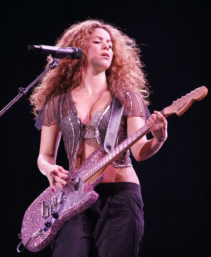 Buenos Aires, ARGENTINA: Colombian singer Shakira performs at the Jose Amalfitani stadium in Buenos Aires, Argentina, on November 24th, 2006...