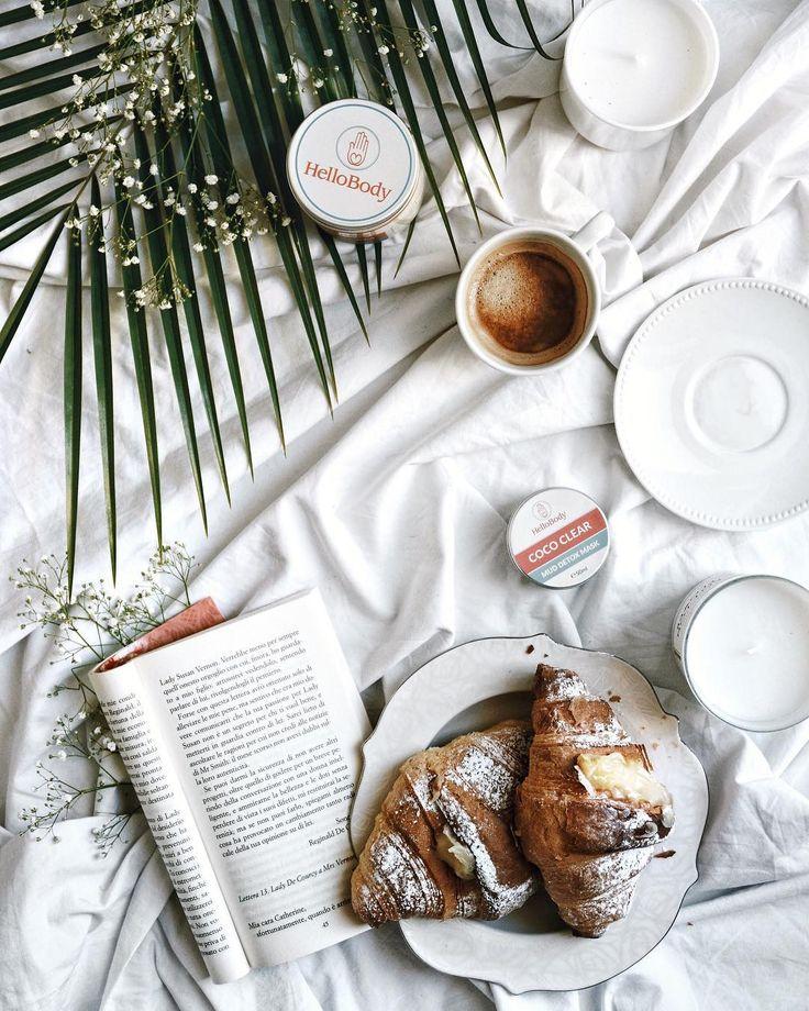 Le mattine post viaggio hanno come sinonimo Relax. C'è bisogno di candele che profumano di bucato appena fatto, dei soliti cornetti (ormai lo sapete!) caldi e delll'aroma del caffè che abita l'aria.  Di un buon libro, possibilmente Jane Austen che non delude mai, e dei prodotti di @HelloBody per rilassare sia mente che corpo. Profumo di cocco e consistenze perfette: la Mud detox Mask per rendere la pelle morbida purificandola, e la Coco Cream, il burro corpo che si prende cura della pelle…
