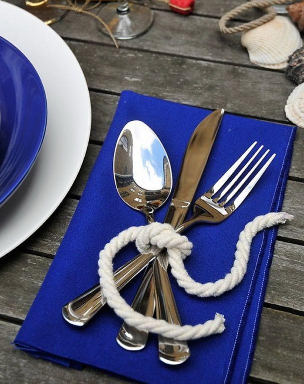 Os talheres podem e devem em ocasiões mais casuais ser inseridos em parte da decoração da mesa de maneira criativa e charmosa, confira!