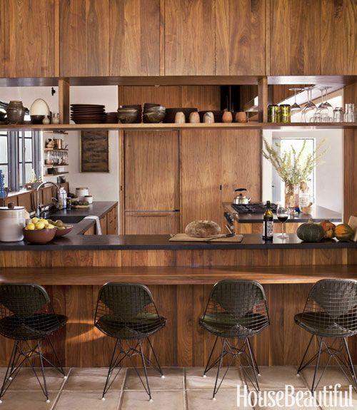 オープンなカウンタースペースのある板葺きのダイニング・キッチン