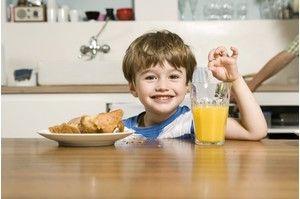 Европейский завтрак: каша, яйца всмятку, сыры, хлеб с балыком, булочки с джемом, йогурт, фрукты.