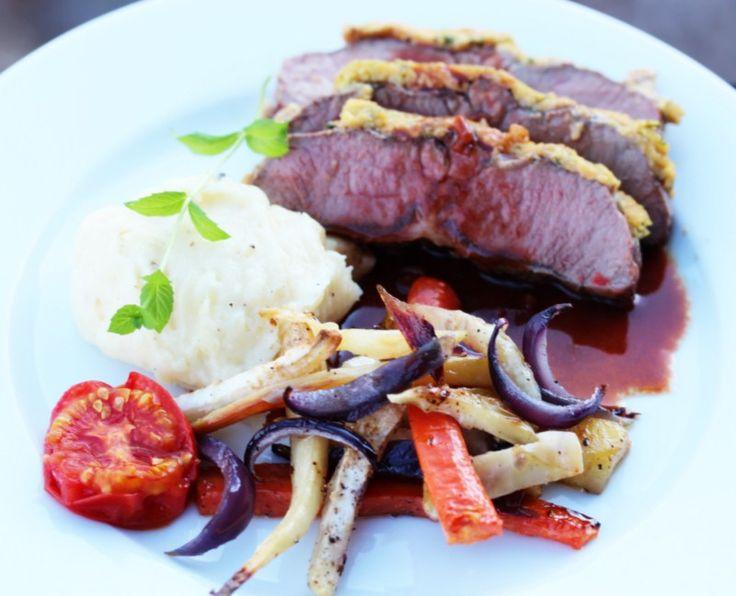 Sennepsbakt lammefilet med ovnsbakte rotgrønnsaker, potetpurè og rødvinssaus