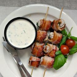 {} Ricetta deliziosa pancetta avvolto spiedini di tacchino marinati in yogurt e servito con una salsa di yogurt.