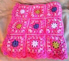 Manta granny para bebé realizada en crochet. Multicolor en tonos pastel.  Lana acrílica suave que permite un lavado frecuente a máquina hasta 30º  Perfecta para el moisés, la sillita o el cochecito.  Ideal para un regalo de nacimiento o para Navidad. Dimensiones: 62, 62 cm http://es.dawanda.com/product/70053307-Manta-granny-en-crochet-para-bebe