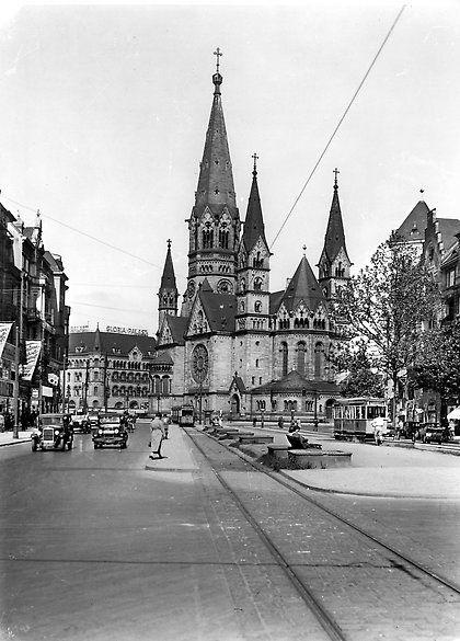 Kaiser-Wilhelm-Gedächtniskirche von der Tauentzienstraße aus gesehen, 1930 © Landesarchiv Berlin, Fotograf: Siegfried Blohm