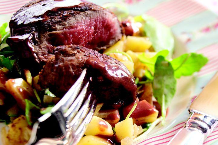 Biefstuk met aardappelblokjes in rucola roomsaus