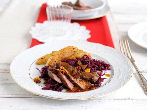 Lammfilet mit Rotkohl, Blechkartoffeln und Lebkuchenbröseln - für ein festliches  Weihnachtsdinner.