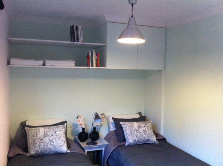 De logeerkamer in ons chalet in Markelo. De bedden kunnen ook tegen elkaar aan worden gezet. De basiskleuren: grijs en heel lichtgroen. Past bij de bosrijke omgeving van het huis.