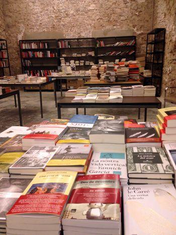 Llibres, El Dia del Llibre és bastant més recent. Segons algunes fonts, es va celebrar per primera vegada el 7 d'octubre de 1926. La idea original va ser de l'escriptor valencià afincat a Barcelona Vicent Clavel Andrés, que ho va proposar a la Cambra Oficial del Llibre de Barcelona. Poc després, l'any 1930, es va canviar la data pel 23 d'abril, per commemorar que aquest mateix dia però de l'any 1626, encara que segons diferents calendaris, van morir els escriptors Miguel de Cervantes i…