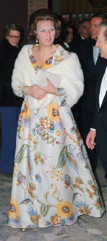 Februari 1973, Beatrix heeft net haar 35 verjaardag gevierd en draagt een lange jurk in een typisch jaren zeventig gedrukt