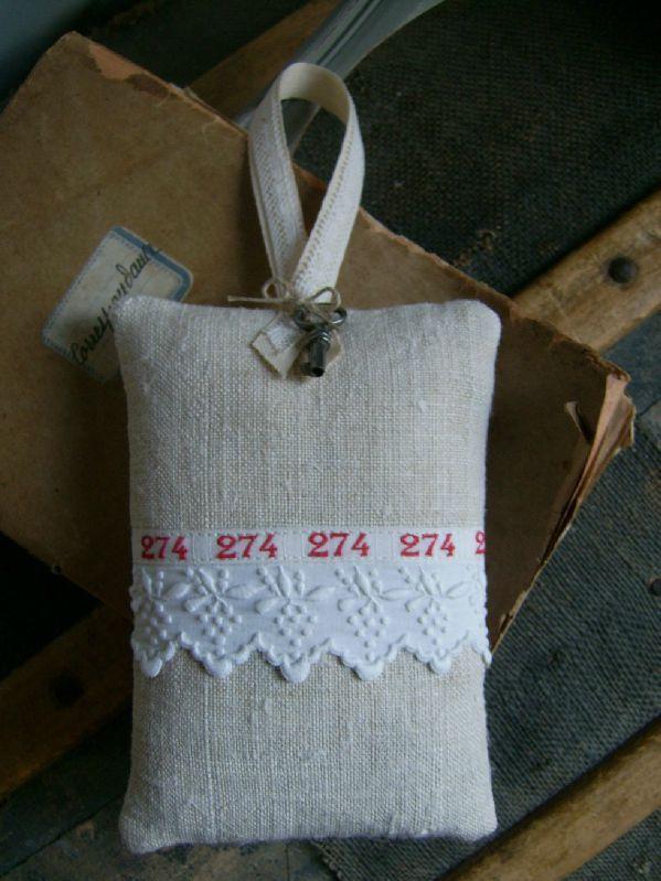 © http://latelierdaston.canalblog.com/ Petit coussin de porte 14cm x 10 cm