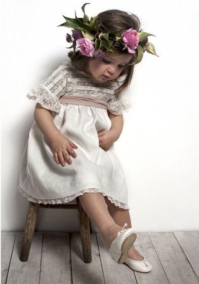 ¿Se puede ser más tierna? detalle del vestido y corona de flores | Bodafy.com