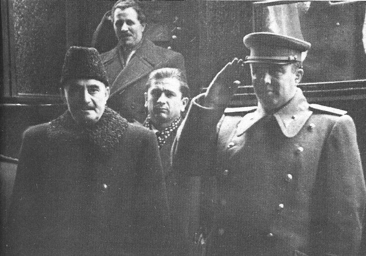 Enver Hoxha me Gjergj Dimitrov ne Sofje te Bullgarise, dhetore 1947.