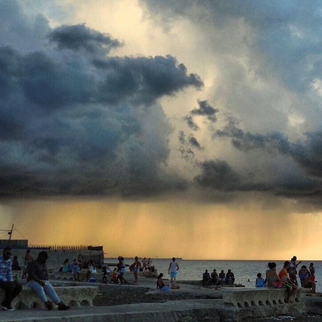 Y llovía y llovía #havana #habana #miramar #cuba #sea #playa #playita16 #storm #clouds #rain #light #loves_habana #ig_habana #loves_cuba #ig_cuba #streetlife #loves_sunset #sunset #sunset_ig by mercecg64