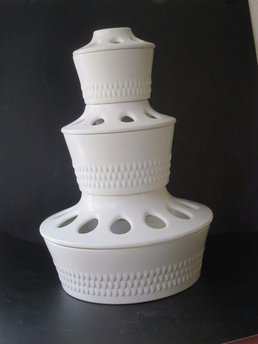 """Rörstrand """"Wintergroen"""" bloem torens """"Tulpenvaas"""" drie delen volledig ontworpen door Hertha Bengtsson  """"Tulpenvaas"""" Rörstrand """"Wintergroen"""" door Hertha Bengtsson geglazuurd steengoed 3 delen schalen/vazen met deksel ze kunnen worden gestapeld in de vorm van een piramide als """"Tulpenvaas"""" het middelpunt op de tafel of worden gebruikt voor de deksels hebben een groter gat in het midden van de regelingen van de bloem afzonderlijk en kleinere rond voor het schikken van bloemen.De grootte is. De…"""
