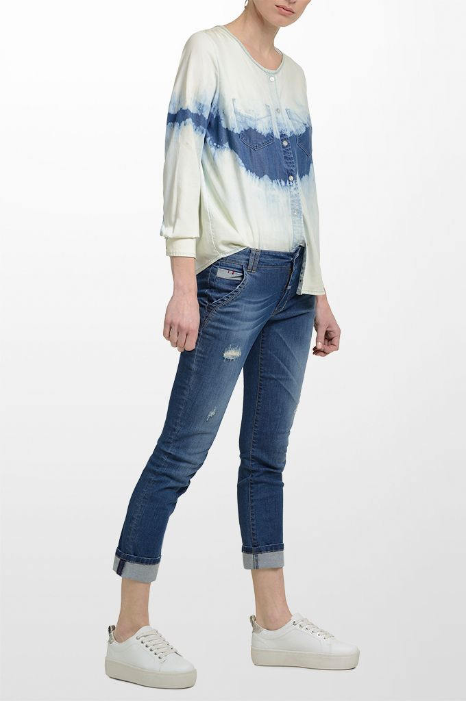 Sarah Lawrence - long sleeve tencel shirt, skinny denim pant.