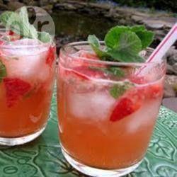 Aardbei Mojito ngrediënten  Porties 8 : suiker, voor de rand van het glas 2 grote limoenen-- 1/2 bosje muntblaadjes-- 7 aardbeien, in kwarten-- 190 gr suiker-- 240 ml witte rum-- 480 ml spuitwater-- ijsblokjes