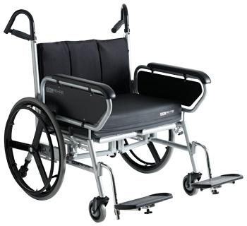 Carrozzina bariatrica Minimaxx con telaio rinforzato pieghevole, con portata fino a 325 kg. Il particolare posizionamento delle ruote rispetto al telaio, consente la facile propulsione dell'ausilio e ne evita i possibili ribaltamenti.