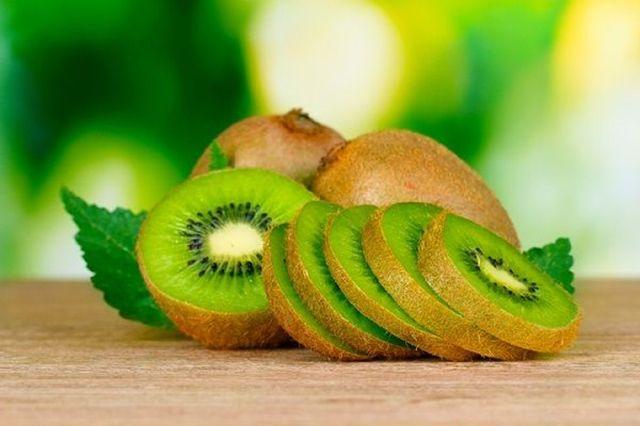 Il Kiwi è uno dei frutti che possono aiutarci a stare in salute e a combattere le malattie da raffreddamento tipiche della stagione, scopriamo insieme le sue proprietà. Il Kiwi è originario della Cina e si è diffuso in Europa verso la fine del '900, l'Italia poi ne è diventata il maggior produttore. L'unicità che contraddistingue il Kiwi è la presenza abbondante della...