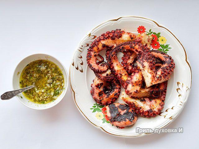 Осьминог на гриле- классический греческий рецепт приготовления осьминога на гриле. Нежнейший осьминог+оригинальный соус. Все готовили сами.