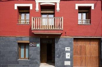 Fachada principal de la casa rural Gigantes de Navarra.