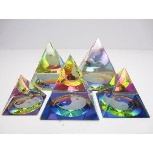 Kristallen prisma pyramidevorm ying yang 4x4 cm   Prachtig lichtspel door de kleuren.