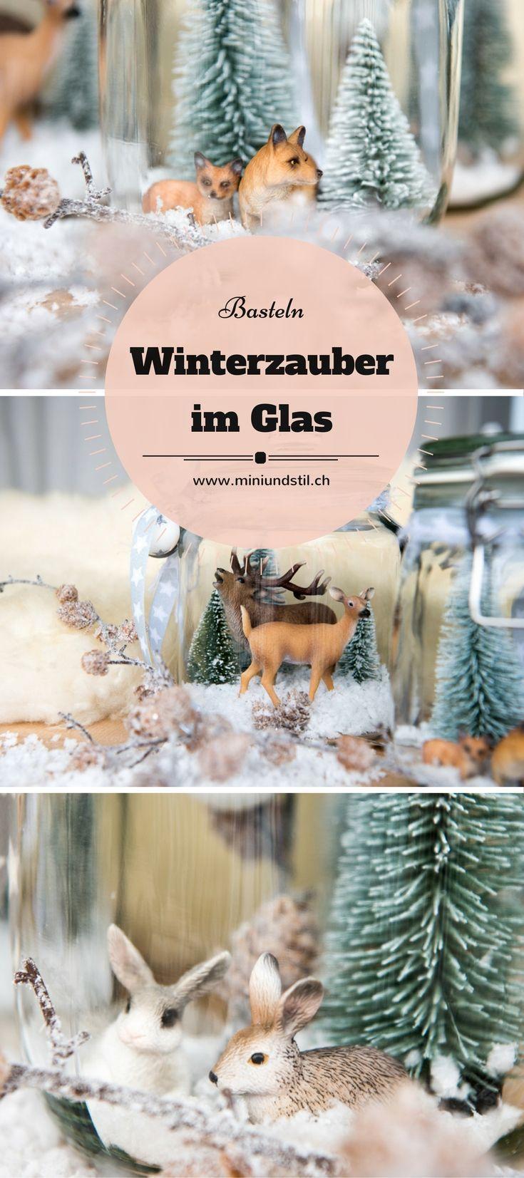 Basteln mit Kindern: Wir basteln eine Winterlandschaft im Glas mit kleinen Tannen und Deko-Schnee! Für grössere Kinder finde ich die Winterlandschaft mit den Schleich-Tieren eine hübsche Bastelidee.