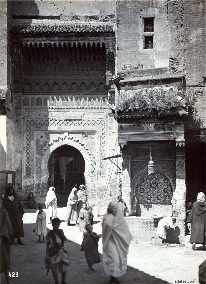 Fès 1929: Fondouk et fontaine Nejarine
