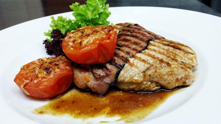 Krůtí steak balený v anglické slanině s parmazánovými tomaty #ukastanubranik http://www.ukastanu.cz/branik