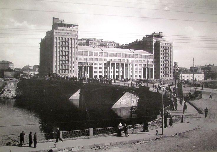 290718 Вид на _Дом правительства_ и Большой Каменный мост Я. Бродский 1934.jpg
