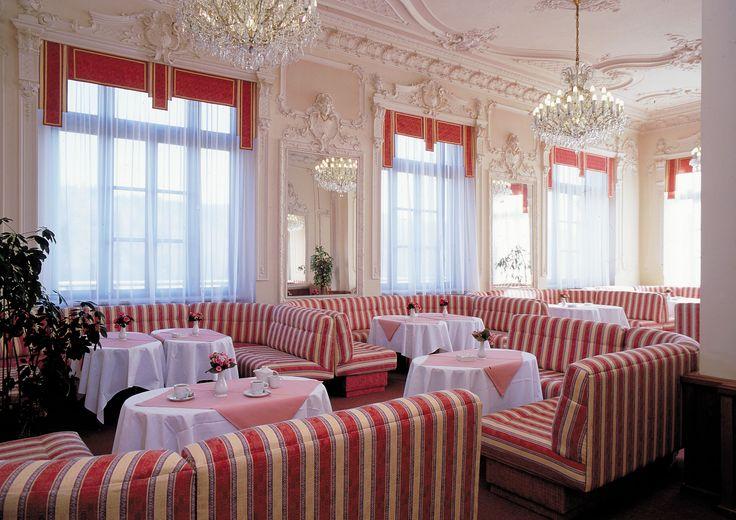 Hotelová restaurace s čalouněním a okenními dekoracemi z Ateliéru Orsei #červená #hotel #restaurace #čalounění #záclony