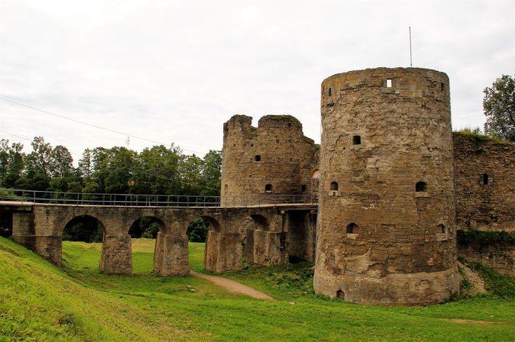 Копорье, Ленинградская область.Крепость в Копорье была заложена в 1237 году.Впервые упоминается в новгородских летописях в 1240 году.