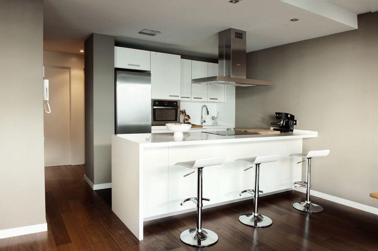 Otra reforma de cocina en Palma. Mobiliario con barra americana