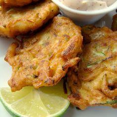 Recepten met courgette - Vooraf: Gefrituurde courgettekoekjes met chili-limoendip | ELLE Eten