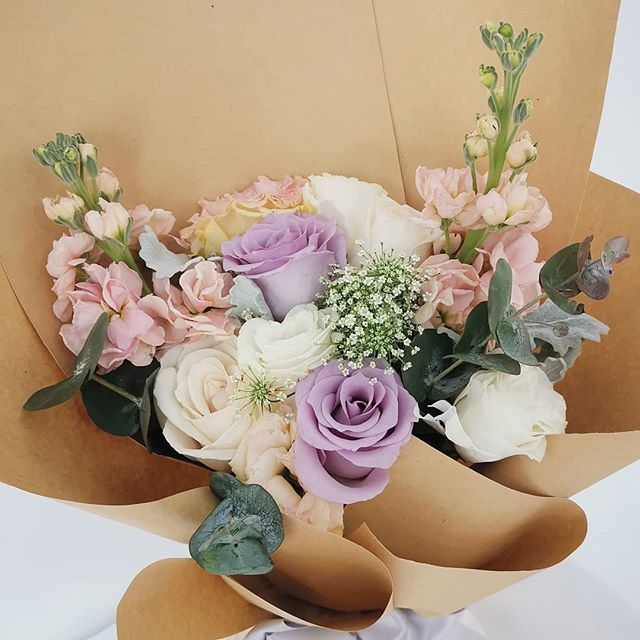Lilac And Champagne Always Makes For A Delectable Bouquet Fleuristesg Roses Lilac Champagne Rustic Sgflowers Sgfloris Bouquet Lilac Flower Arrangements