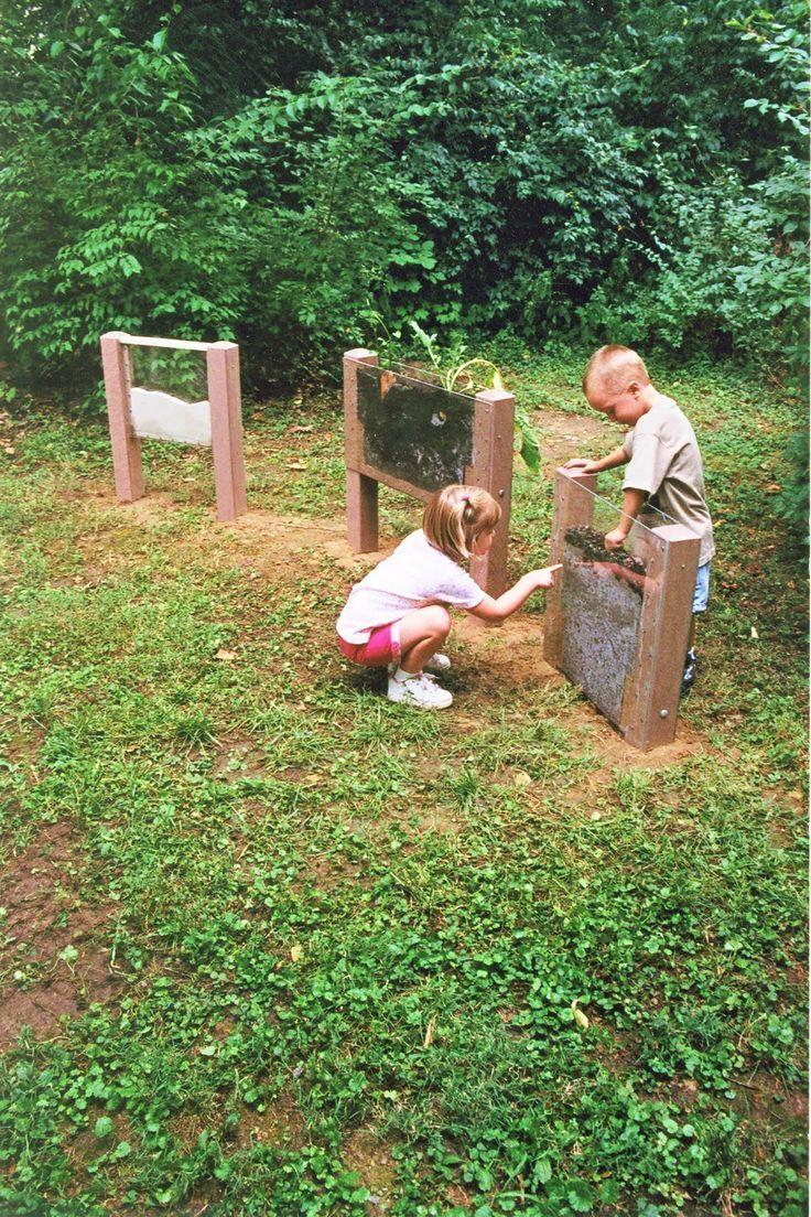 Natur - Schaukasten: einfach 2 Holzpfosten in Kinderhöhe eingraben, als Boden und Seiten je Plexiglasscheiben anschrauben und dann befüllen mit unterschiedlichem Sand, Kompost mit Regenwurm usw.